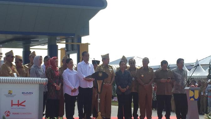 Presiden Joko Widodo atau Jokowi meresmikan jalan Tol Trans Sumatera ruas Bakauheni-Terbanggi Tinggi.