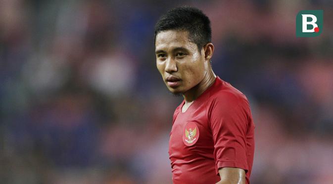 Gelandang Timnas Indonesia, Evan Dimas, mengamati rekannya saat melawan Thailand pada laga Piala AFF 2018 di Stadion Rajamangala, Bangkok, Sabtu (17/11). Thailand menang 4-2 dari Indonesia. (Bola.com/M. Iqbal Ichsan)