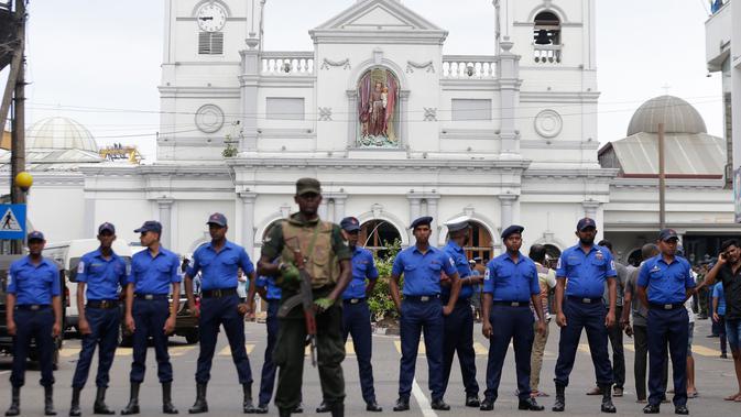Prajurit Angkatan Darat Sri Lanka mengamankan sekitar Gereja St Anthony Shrine usai ledakan di Kochchikade, Kolombo, Sri Lanka, Minggu (21/4). Menurut laman News18 dikutip pada Minggu (21/4/2019), saat ini terdapat sekitar 450 orang yang telah dibawa ke rumah sakit. (AP Photo/Eranga Jayawardena)