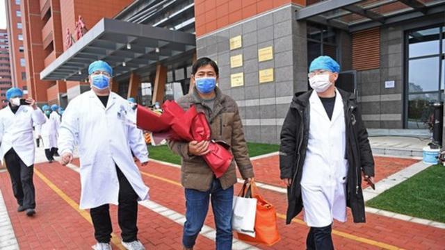 Seorang pasien yang dinyatakan sembuh dipulangkan dari Rumah Sakit Afiliasi Pertama Universitas Nanchang di Nanchang, Provinsi Jiangxi, China timur, pada 27 Januari 2020. (Xinhua/Wan Xiang)