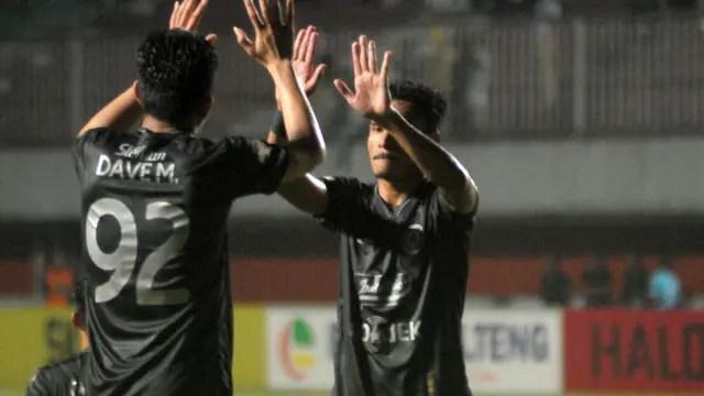 Haris Tuharea dan Dave Mustaine merayakan kemenangan PSS atas Kalteng Putra di Stadion Maguwoharjo, Sleman, Minggu
