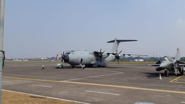 Pesawat Airbus A100M (tengah, terjauh) yang mampu mengangkut kargo bermuatan maksimal 37 ton. Pesawat milik AU Prancis itu tengah singgah di Halim Perdanakusuma usai mengikuti latihan gabungan di Australia (21/8) (Liputan6.com / Rizki Akbar Hasan)