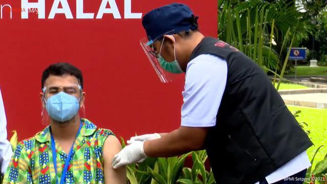 Raffi Ahmad menerima suntikan dosis kedua vaksin COVID-19 Sinovac pada Rabu, 27 Januari 2021 di Istana Kepresidenan. (Foto: Tangkapan Layar YouTube Sekretariat Presiden)