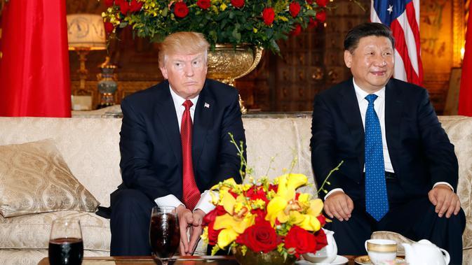 Presiden AS Donald Trump dan Presiden China Xi Jinping sebelum melakukan pertemuan di resor Mar a Lago, Florida, Kamis (6/4). Isu perdagangan dan Korea Utara diperkirakan menjadi isu utama pembahasan kedua pemimpin negara tersebut. (AP Photo/Alex Brandon)