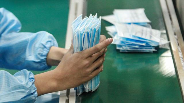 Virus Corona Mewabah, Pekerja China Sibuk Produksi Pakaian Pelindung dan Masker