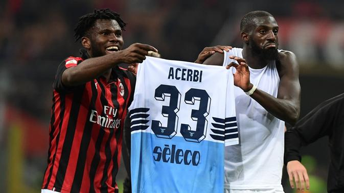 Dua gelandang AC Milan, Franck Kessie dan Tiemoue Bakayoko,(AFP/Miguel Medina)