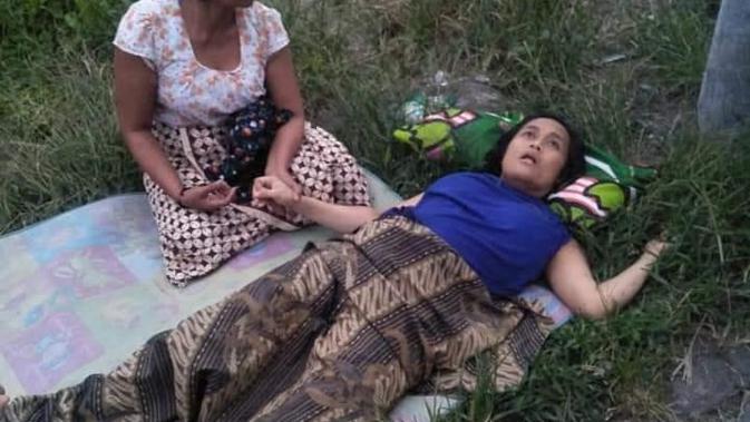 Ibu muda melahirkan di tanah lapang di Bali