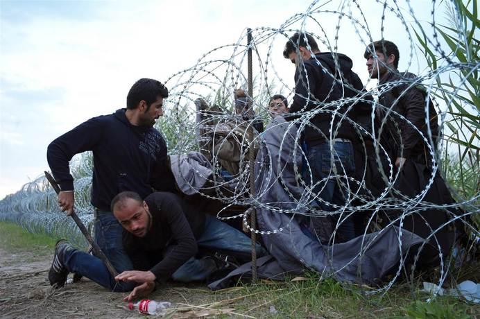 Резултат с изображение за бежанци през оградата