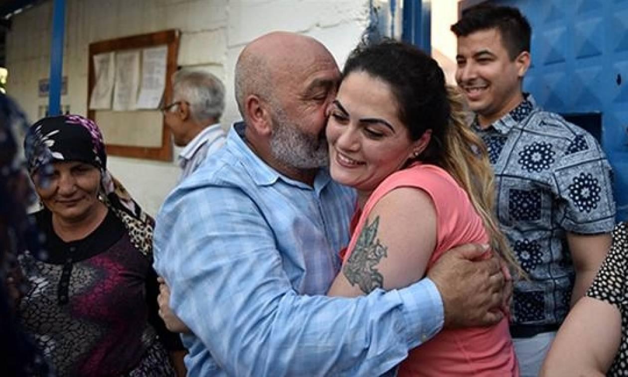 Αποφυλακίστηκε η γυναίκα-σύμβολο του φεμινισμού στην Τουρκία - Είχε σκοτώσει τον σύζυγό της