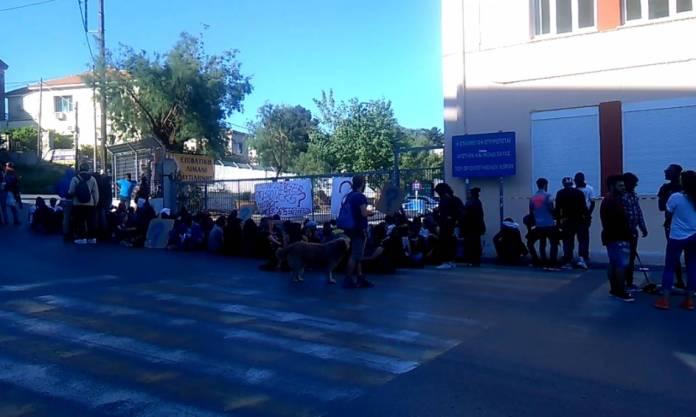 Μυτιλήνη: Μετανάστες και αλληλέγγυοι μπλόκαραν τις πύλες εισόδου στο λιμάνι