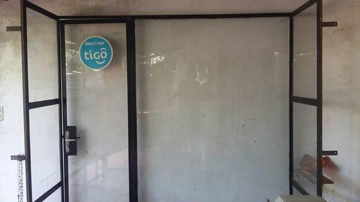 Puerta de vidrio especial para negocio  Fer Insfran  ID