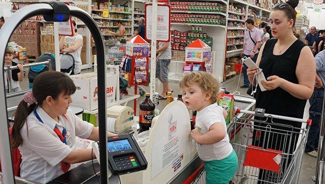 Покупатели у кассы гипермаркета. Архивное