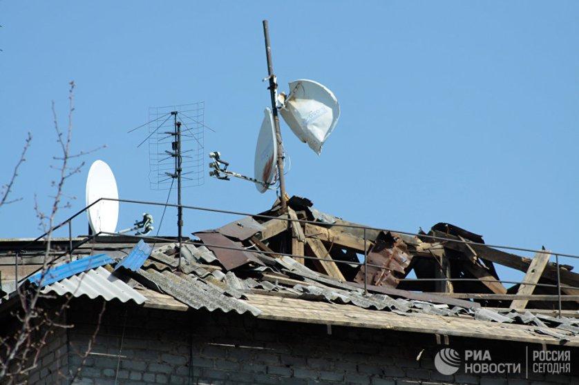 Крыша частного жилого дома, поврежденная во время обстрелов украинскими силовиками, в прифронтовом поселке Донецк-Северный в Донецкой области