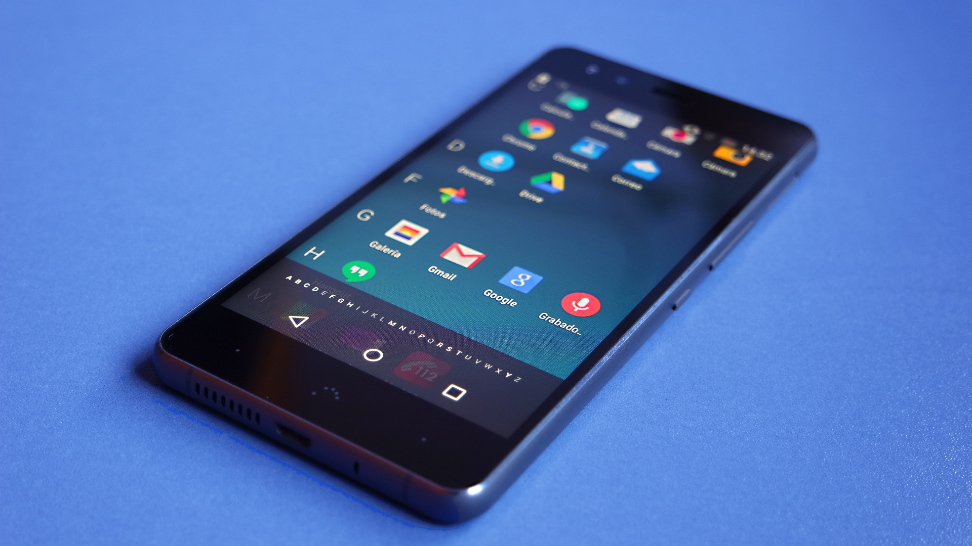 BQ Aquaris X5 Edición Cyanogen con fondo azul