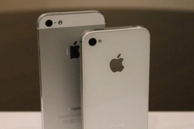 iPhone 4s y iPhone 5 de color blanco