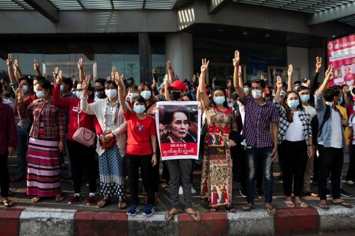 Myanmar'da on binlerce kişi cuntaya meydan okudu - 14