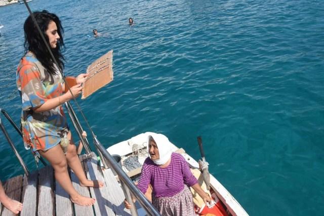 82 yaşında kayığına binip her gün denizde satış yapıyor - 2