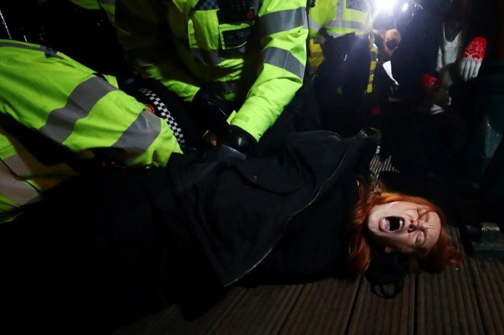 Police intervened in the ceremony for Sarah Everard, who was killed by a police officer in London - 7