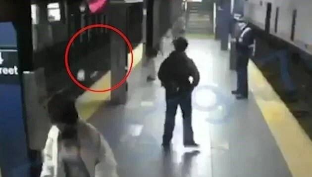 ABD'de tren bekleyen yolcuyu raylara itti