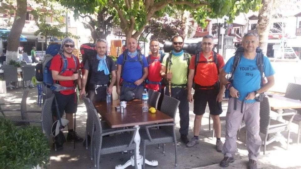 7 kişilik ekip çantaları sırtlayıp, yola çıktı.