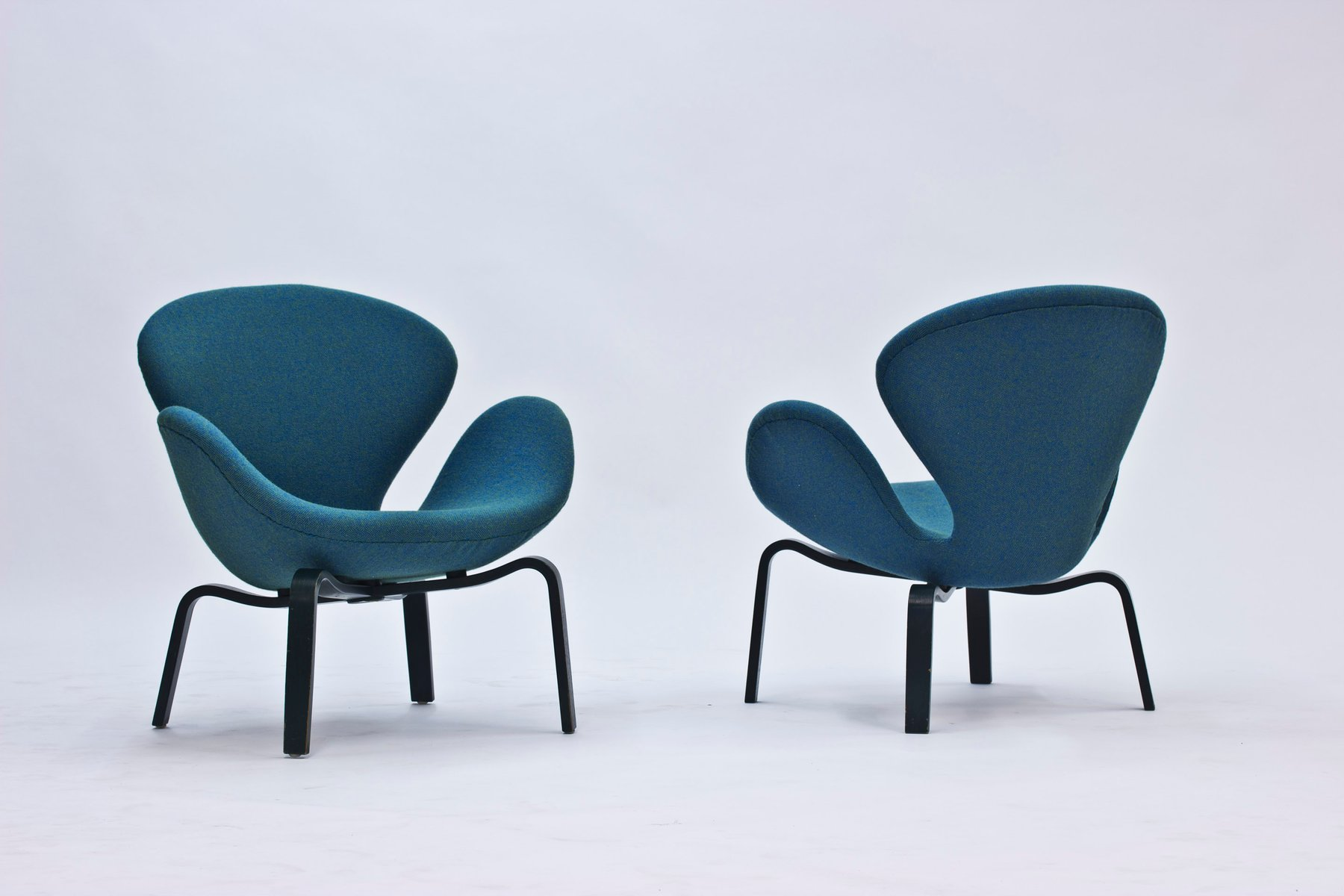 wooden chair singapore cane rocking swan lounge chairs by arne jacobsen for fritz hansen, 1969, set of 2 sale at pamono