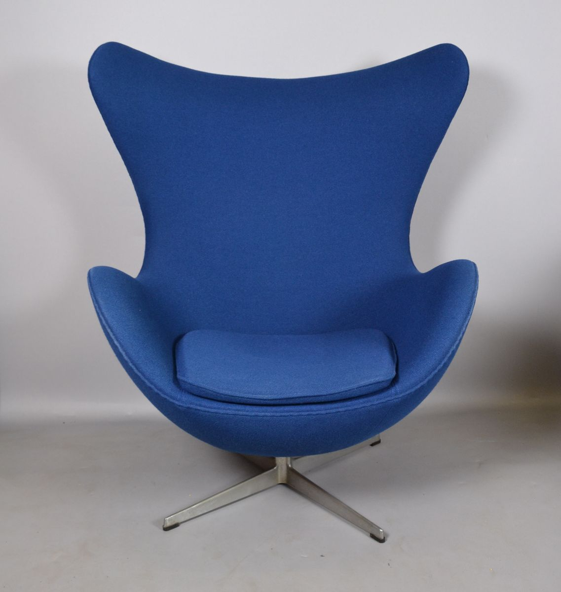 blue egg chair office chairs for back problems fabric by arne jacobsen fritz hansen 1970s