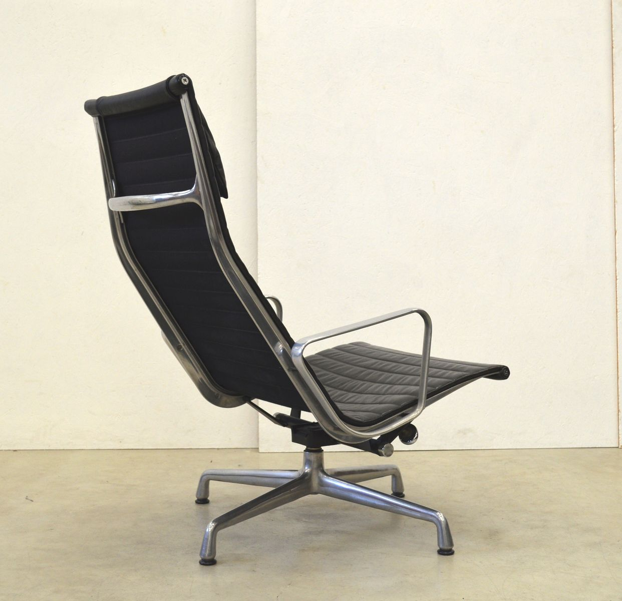 herman miller chair sale benefits of stability ball ea124 aluminum lounge by charles and ray eames for