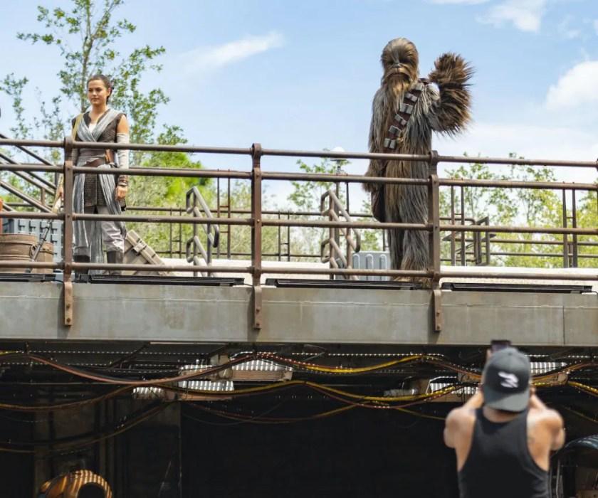 Rey y Chewbacca en Star Wars: Galaxy's Edge