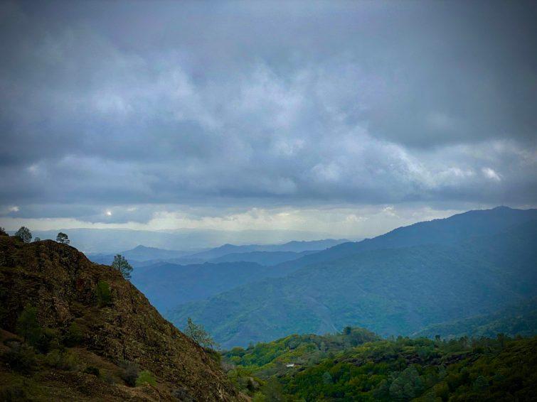 VIsta-ridges-with-rock-fgnd