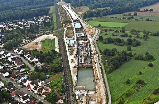 An der Baustelle bei Niederbühl sind in der Mitte helle Betonflächen zu sehen. Dort werden die abgesenkten Gleise stabilisiert. Seit dem 12. August ist die Strecke zwischen Rastatt und Baden-Baden gesperrt. Foto: dpa