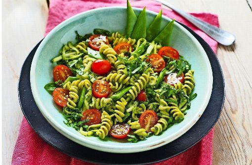 Das sieht gut aus: Ein sommerlicher Salat mit Erbsen-Spirelli. Nudeln aus Hülsenfrüchten können den Speiseplan bereichern. Foto: Jan Reinecke / ReformKontor; Rezepte & Foodstyling – Marita Koch