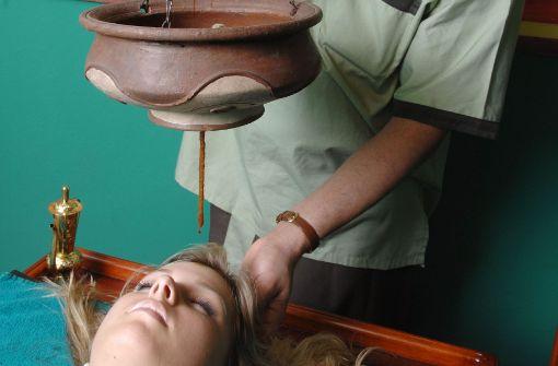"""""""Stirnoelguss Shirodhara"""": Warmes Aromaöl fließt über Stirn und Schläefen, um entspannend auf das neurovegetative Nervensystem zu wirken. Foto: dpa"""