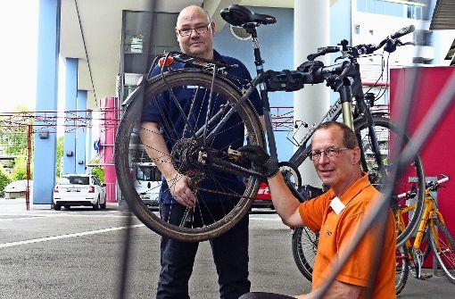 Frank Pavelka und Peter Beckmann (rechts) vor der SDK-Zentrale. Foto: Michael Käfer