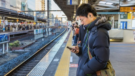 smartphone commuter 520x292 How to stop checking your phone like an addict