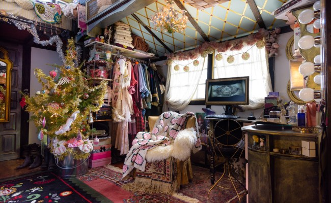 Peek Inside This Tiny House Decorated For Christmas