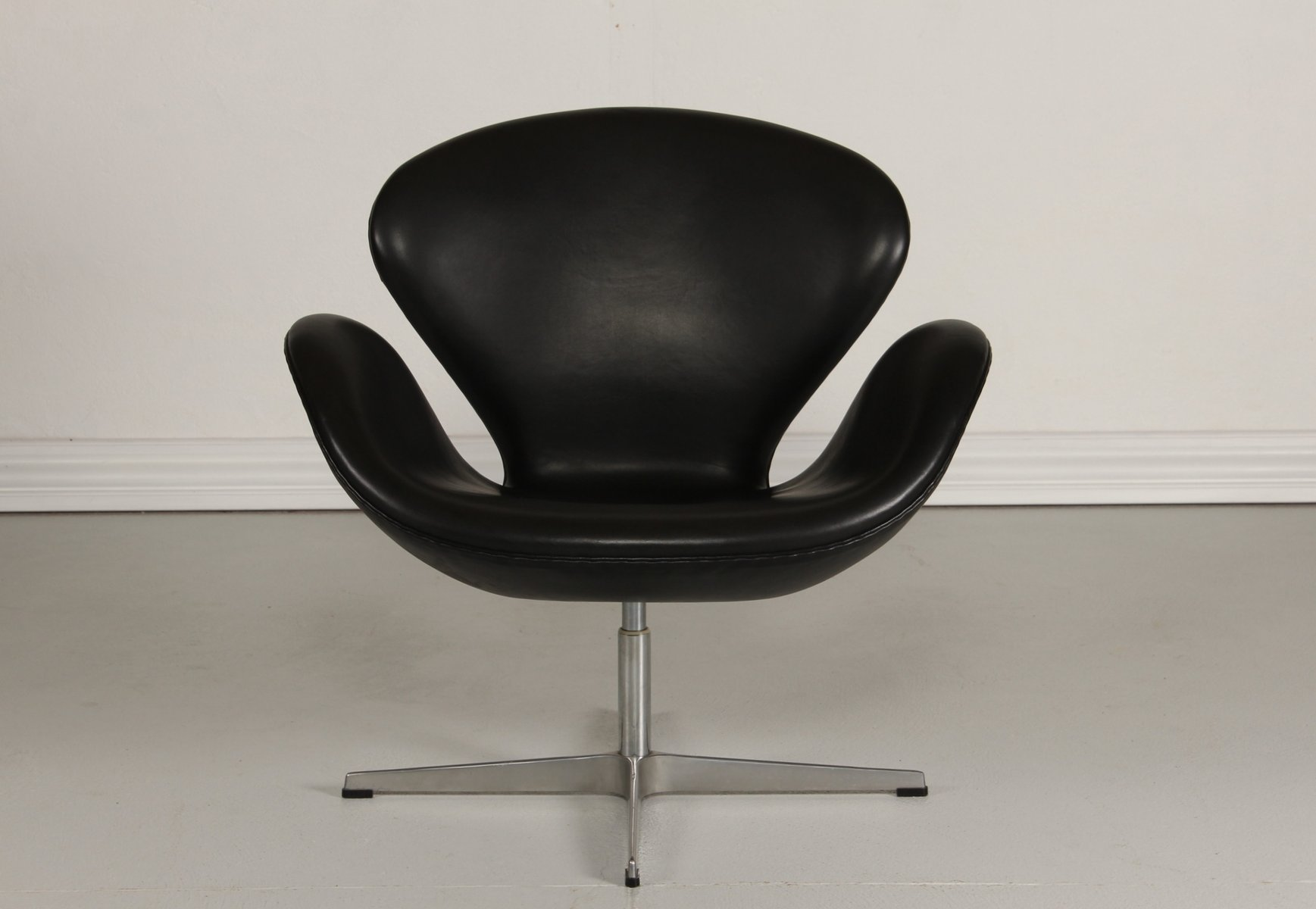 arne jacobsen swan chair tubular steel leather black by for fritz hansen 1981