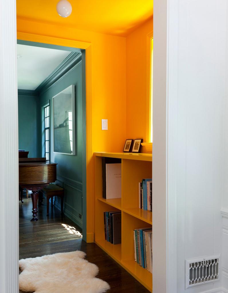 Un plafond et des murs bouton dor pour un couloir ultra lumineux  Un plafond en couleur pour