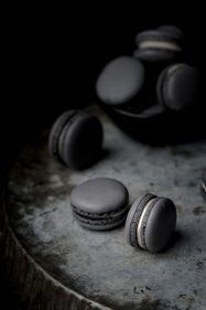 Macarons colorés au charbon