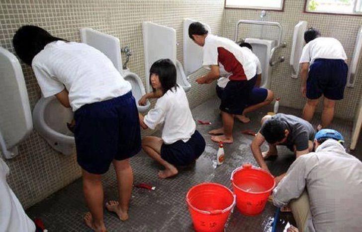 ninos-japoneses-limpian-bano-de-escuela-desde-chicos