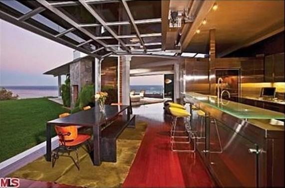 Brad-Pitt_kitchen-574x430
