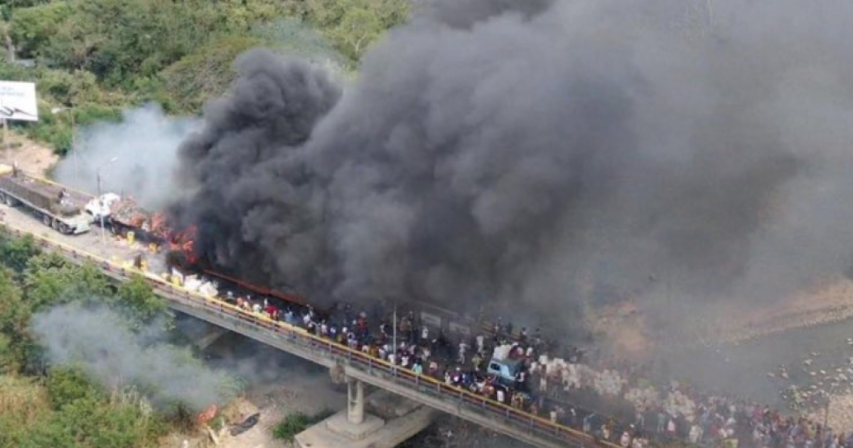 Tropas de Maduro queman camiones con ayuda humanitaria a