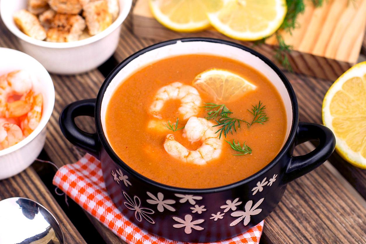 Delicioso caldo de camarn con garbanzos para comer