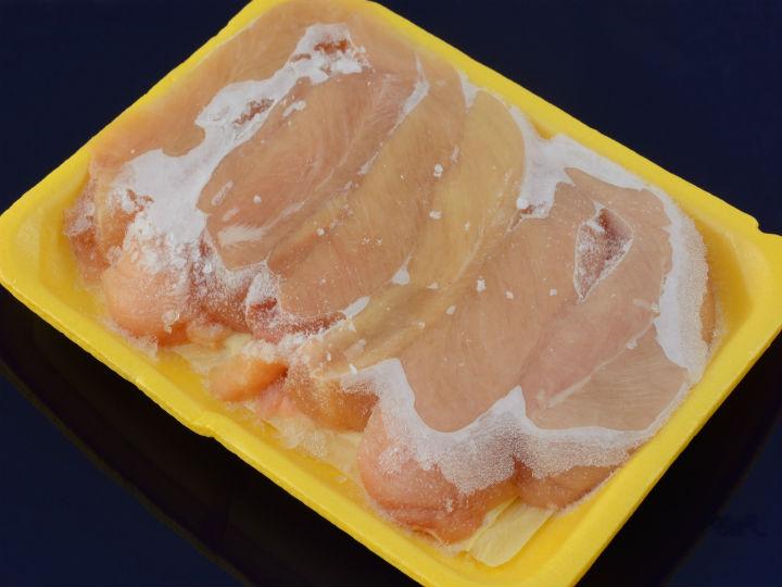Este es el truco para descongelar el pollo sin usar microondas