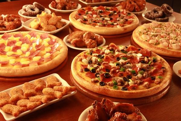 比薩也搞週年慶優惠 半價,拉麵口味比薩,搭配上獨門經典餅皮,加碼推「三杯雞披薩」超欠吃   旅遊   聯合新聞網