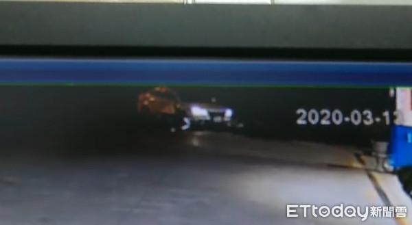 小客車轉進加油站疑方向燈打太慢…後方機車閃不及連人帶車摔在地! | ETtoday社會新聞 | ETtoday新聞雲