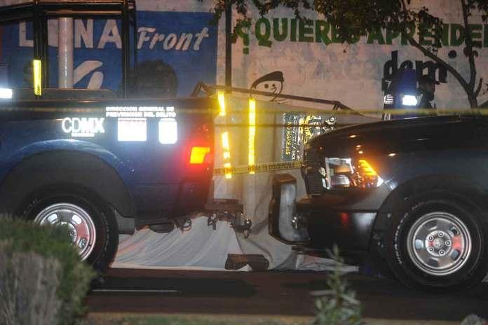 El policía fue embestido por el conductor de un vehículo negro.