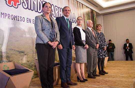 """Mario Molina, premio Nobel de Química, Claudia Sheinbaum, jefa del Gobierno de la Ciudad y Daniel Servitje, presidente del Grupo Bimbo, en el Encuentro """"Innovación y Compromiso para el manejo Responsable de Residuos"""", que se realizó en un co"""