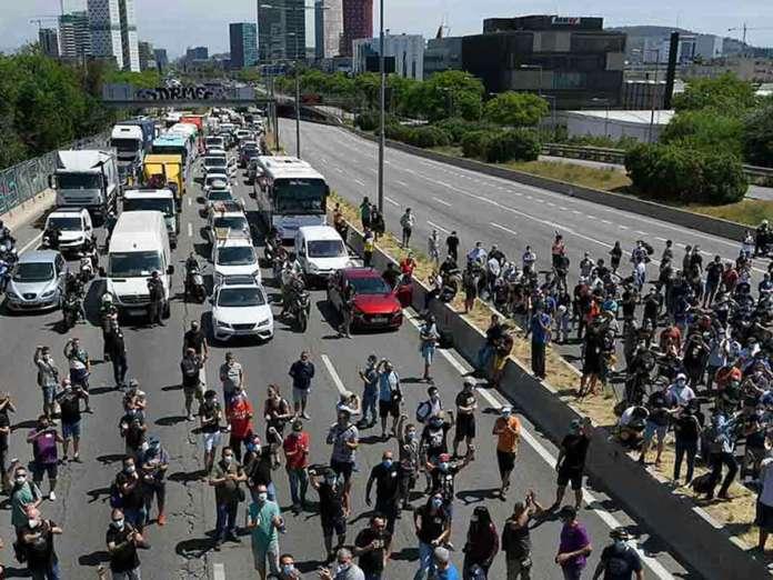 A modo de protesta, los trabajadores bloquearon con vehículos una autovía // Foto: AFP