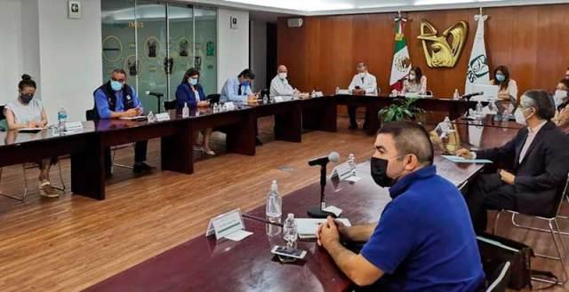 Reunión de autoridades del IMSS con padres de niñas y niños con cáncer. Foto: Especial