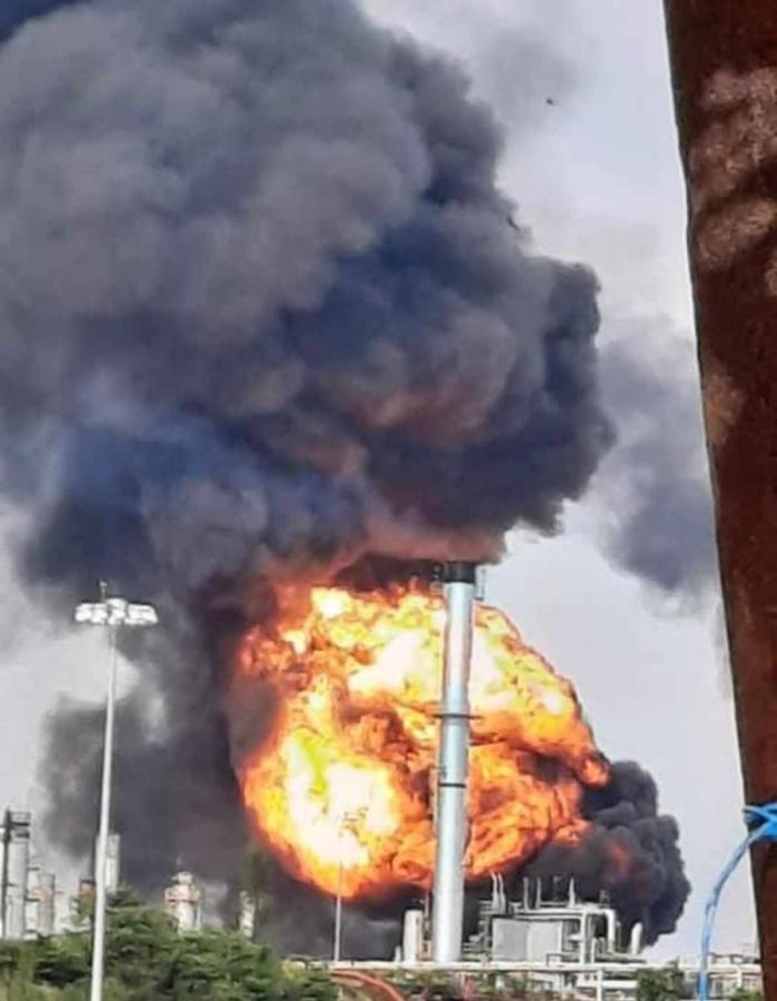 2558627 Pausa MX Se registra explosión en refinería de Minatitlán